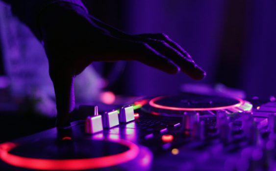 DJ playing EQS Licht en geluid huren